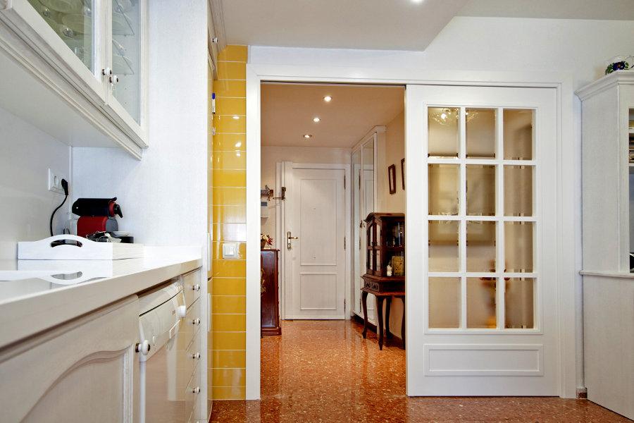 10 ideas de puertas corredizas los tiempos - Puerta cristal cocina ...