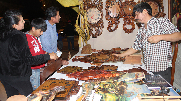 Relojes de dise o nico tallados en madera los tiempos for Disenos de espejos tallados en madera