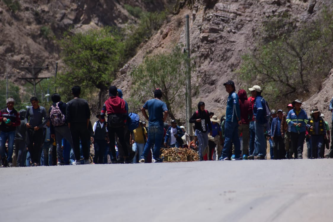 Mineros bloquean carretera al occidente y campesinos al oriente - Los Tiempos