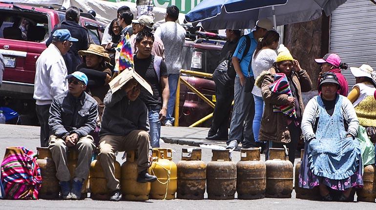 Santa Cruz y La Paz sufren sin combustible ni alimentos - Los Tiempos