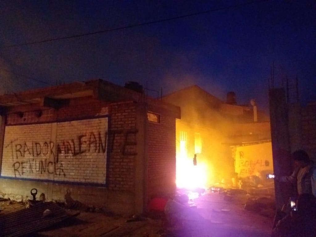 Queman la casa del gobernador de Oruro tras emboscada en Vila Vila - Los Tiempos