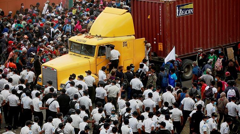 Guatemala disuelve a la fuerza caravana migrante hondureña