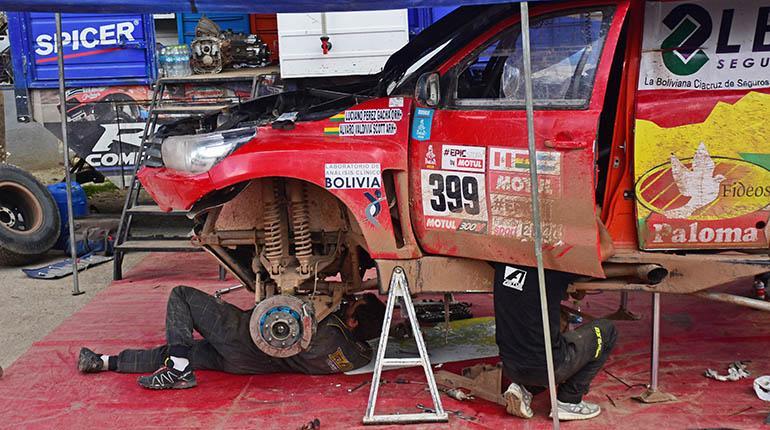 Un mecánico arregla el auto de Luciano Pérez. Carlos López