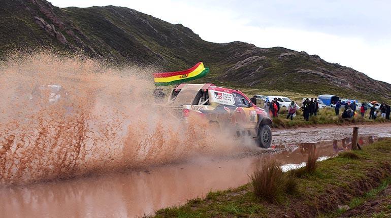El coche de Nasser Al Attiyah vence un tramo difícil ayer. Carlos Lopez