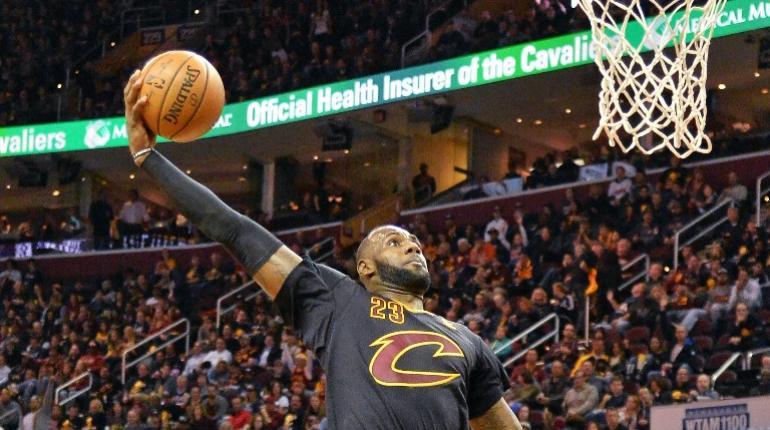 LeBron luce inmenso en la inauguración de la NBA