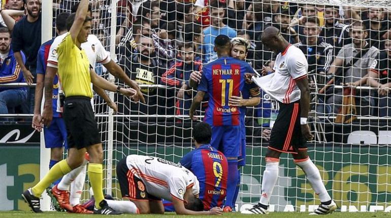 Multa y aviso de cierre al Valencia por el botellazo a Neymar  3be043563c866