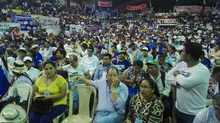 En la plenaria del Congreso del MAS se observa a miltantes del partido, entre ellos, al ministro de Gobierno, Carlos Romero, ayer en Montero. | Michel Zelada