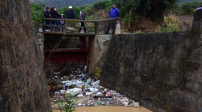 El agua para las lagunas llega con mucha basura los tiempos for Plastico para lagunas artificiales