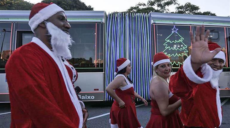 Fotos De Navidad En Brasil.Autobuseros De Papa Noel Mantienen Viva La Navidad En Brasil