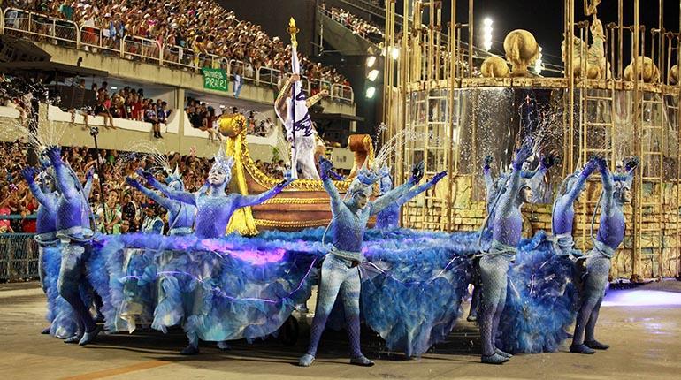 Integrantes de la escuela de samba Sao Clemente participan en el desfile de las Escuelas de Samba del Grupo Especial de Río de Janeiro en el Sambódromo de Río de Janeiro (Brasil) durante el carnaval de 2016. | EFE