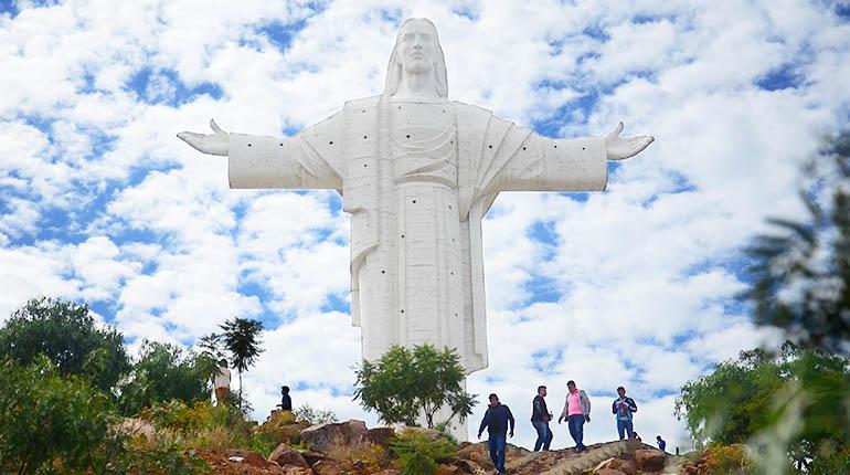 La imponente estatua del Cristo de la Concordia, entregada en 1994, es visitada por un millón de personas cada año. | Rubén Rodríguez