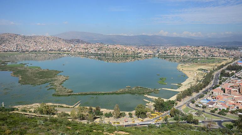 Vista panorámica del lado norte la laguna Alalay, un ecosistema que alberga a 35 especies de aves acuáticas. | Rubén Rodriguez