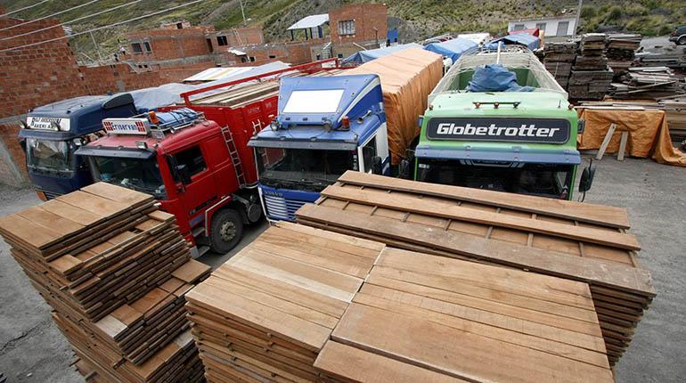 Tablares y camiones cargados de madera en un depósito en la ciudad de La Paz. | APG