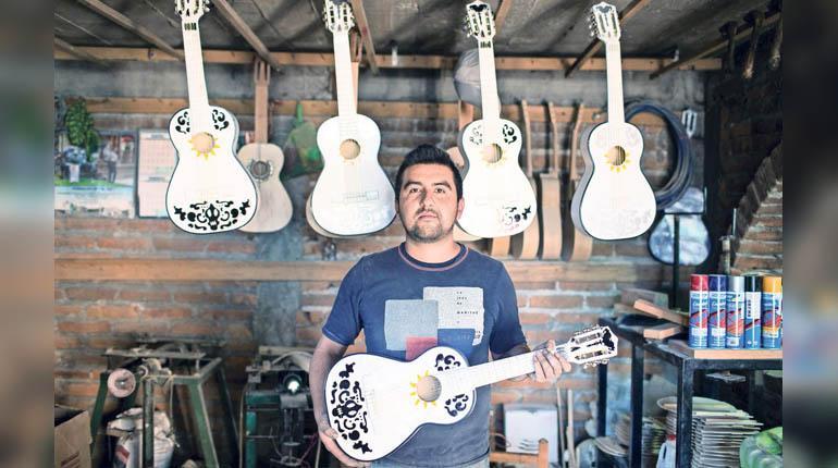 "1 pag 4 el siglode torreon - En México están fabricando guitarras de ""Coco"""