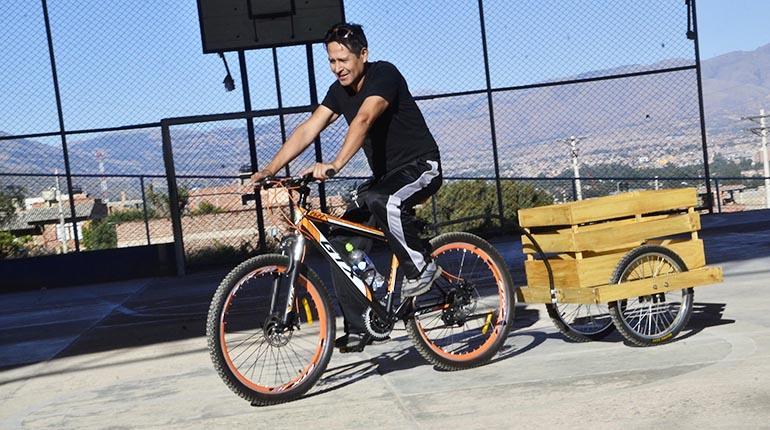 eb4f364c9 Guery Camacho Cossío pasea en su bicicleta luciendo el carrito en el que  suele llevar a su hija de cuatro años.   Hernán Andia