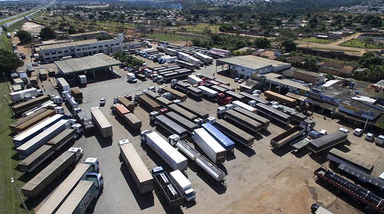 Decenas de vehículos del transporte pesado parados en Brasil, ayer. | EFE
