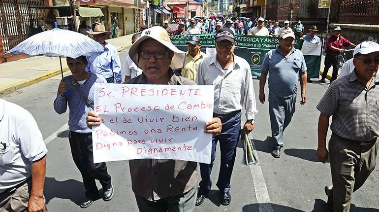 Analistas: obligar a jubilarse es ilegal y discriminatorio