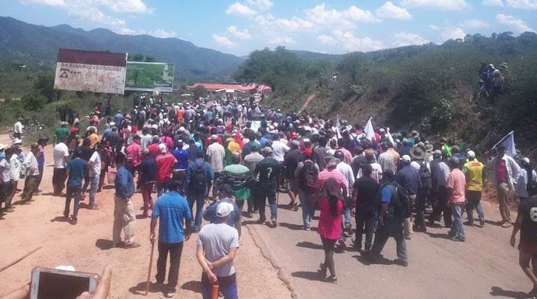 Policía levanta bloqueo en ruta a los valles, pero 50% del producto está  perdido   Los Tiempos