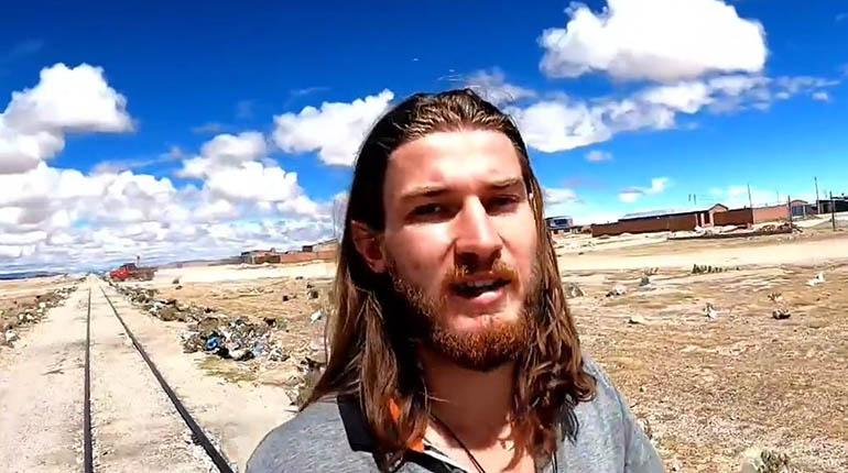 Turista francés organiza jornada de limpieza en el cementerio de trenes de  Uyuni | Los Tiempos